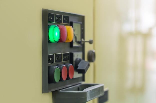 Elektrischer hauptschalter der schalttafel steuert elektrischen unterbrecher im kabinett