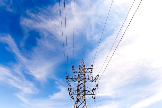 Elektrischer hochspannungsturm auf einem blauen himmel