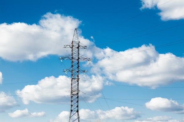 Elektrischer hochspannungsturm. hochspannungspfosten oder hochspannungsturm leistungskonzept.