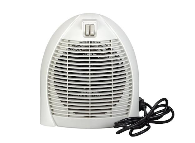 Elektrischer lufterhitzer mit ventilator auf weißem hintergrund