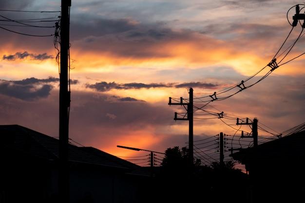 Elektrischer pfosten mit dämmerungshintergrund.