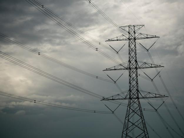 Elektrischer pfosten mit einem bewölkten himmel