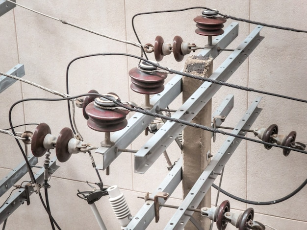 Elektrischer pfosten mit elektrischen transformatoren und elektrischen kabeln