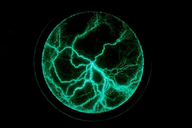 Elektrischer plasmaball auf einem dunklen hintergrund. statisches elektrizitätsmodell