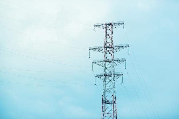 Elektrischer turm auf hintergrund des blauen himmels