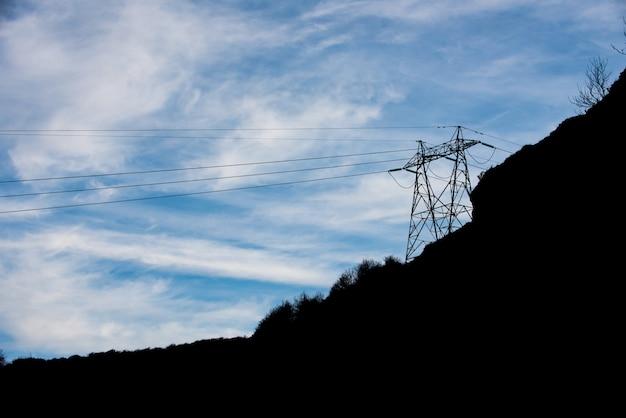 Elektrischer turm mit blauem himmel