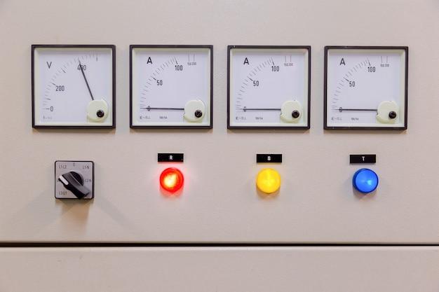 Elektrisches bedienfeld im werk / bedienfeld