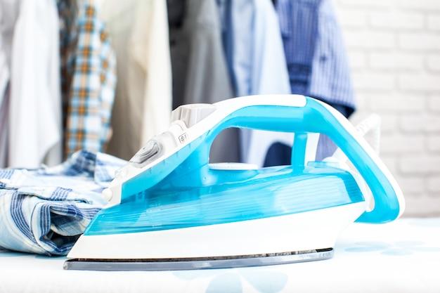 Elektrisches bügeleisen und hemd