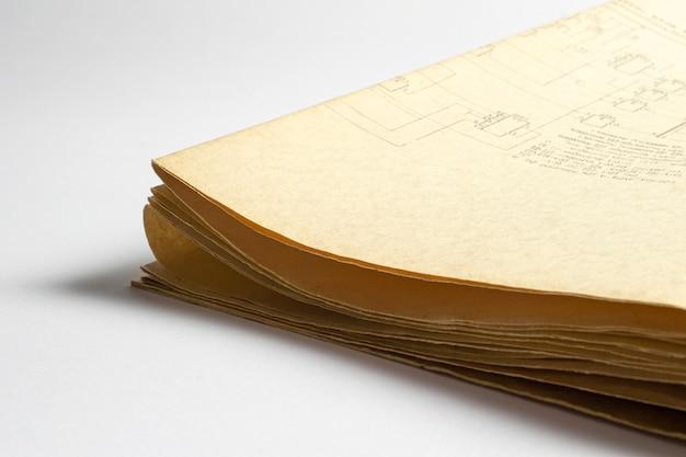 Elektrisches funkschema gedruckt auf alten vintagen papierdokumenten des elektrizitätsdiagramms als hintergrund für bildung, elektrizitätsindustrie, reparatur usw. papierecken selektiver fokus mit schärfentiefe.