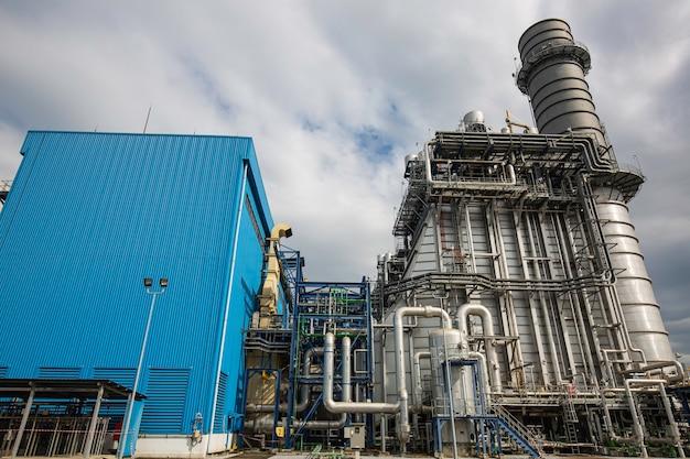 Elektrisches kraftwerk während des schornsteins der umspannstation und des kraftwerks schöne farbe blauer himmel