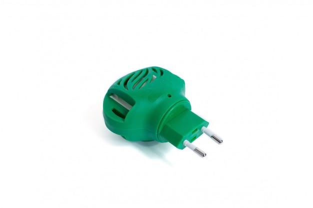 Elektrisches mückenschutzmittel lokalisiert auf weiß. grüner räucherapparat.