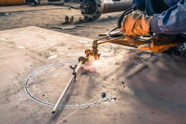 Elektrisches radschleifen auf stahlkonstruktion