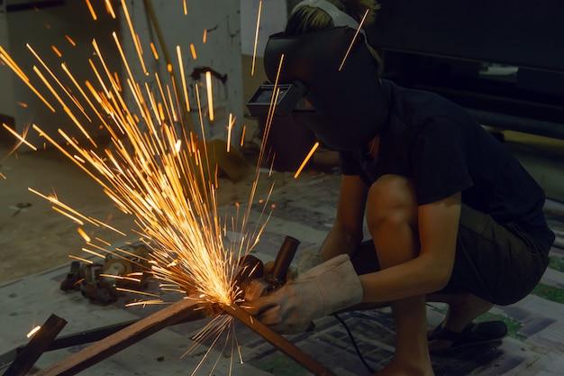 Elektrisches scheibenschleifen auf stahl. funken vom schneiden