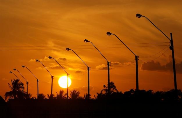 Elektrisierende beiträge mit orangefarbenem sonnenuntergangshimmelhintergrund.