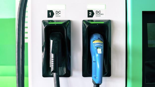 Elektroauto-ladegerät mit zwei eingesteckten pistolen