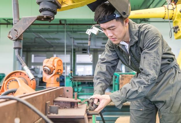 Elektroingenieur, der mit einer robotermaschine arbeitet