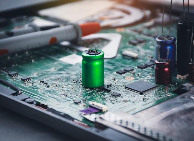Elektrolytkondensator auf elektronischer platine platziert