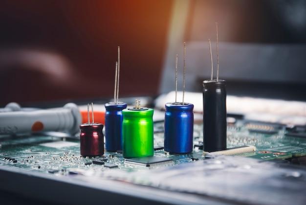 Elektrolytkondensatorgruppe auf elektronischer platine