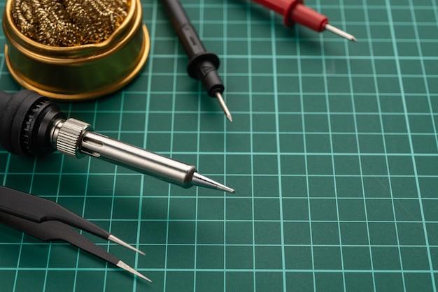 Elektronik-entwicklungskonzept. hobbys sind elektronik. lötkolben und werkzeuge auf dem desktop.