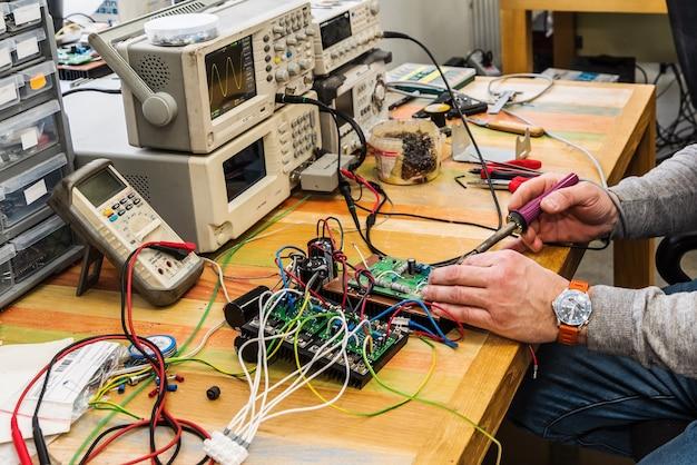 Elektroniker bei der arbeit arbeitsmittel und ausrüstung das bild wurde in der technischen abteilung aufgenommen