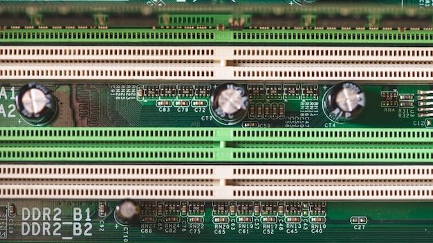 Elektronikkomponenten auf modernem pc-computermotherboard mit ram-verbindungsstückschlitz