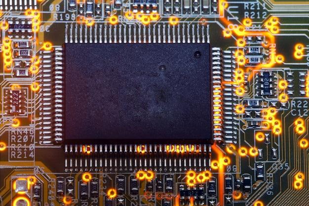 Elektronische chips und standardbeschriftungen von widerständen und kondensatoren