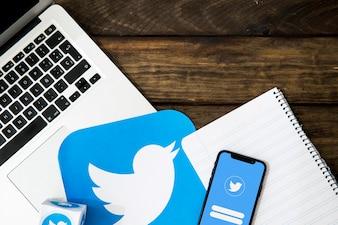Elektronische Gadgets mit Notizblock und Twitter-Symbol