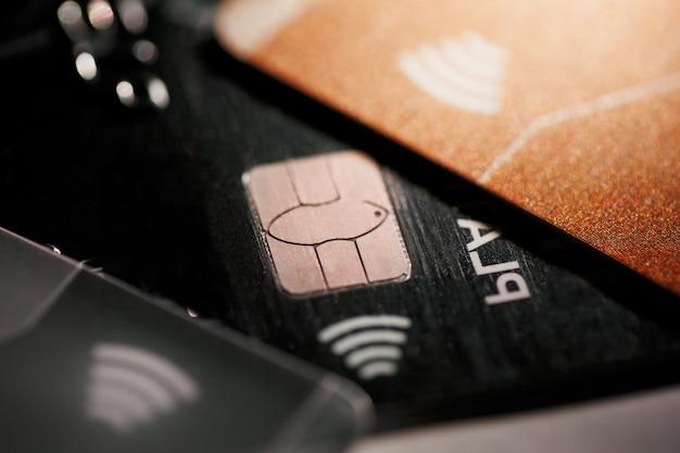 Elektronische kontaktlose kreditkarte mit mikrochip mit selektivem fokus. makro einer kreditkarte.