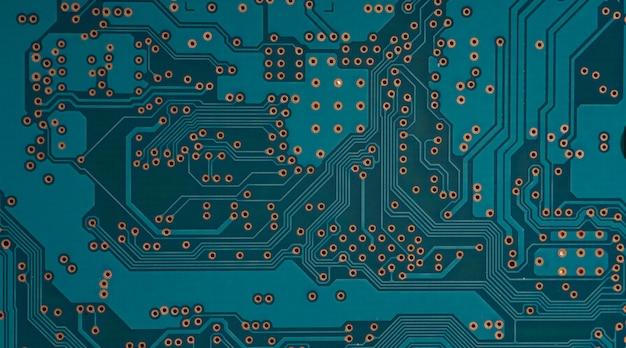 Elektronische leiterplatte schließen. blauer pcb-schaltungshintergrund