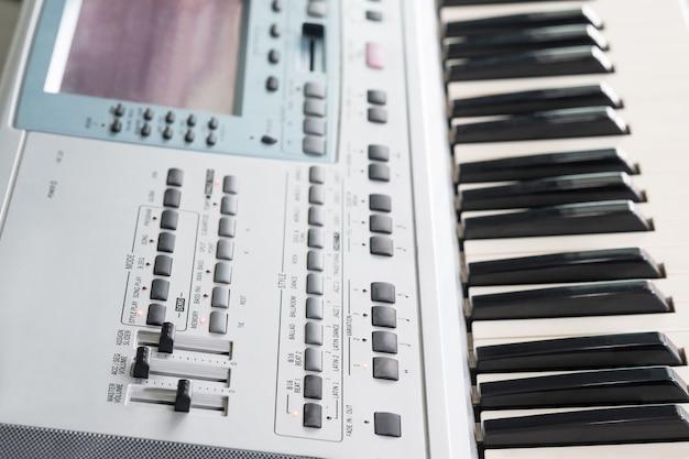 Elektronische musikalische tastatur und klavier der nahaufnahme für das spielen des liedes.