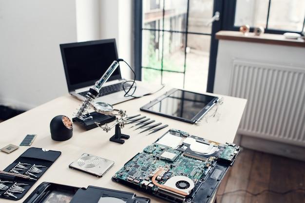 Elektronische reparaturwerkstatt mit ingenieurarbeitsplatz