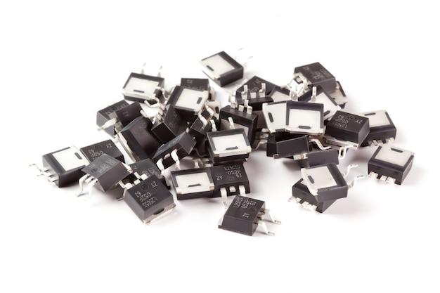 Elektronische transistoren auf hellem hintergrund