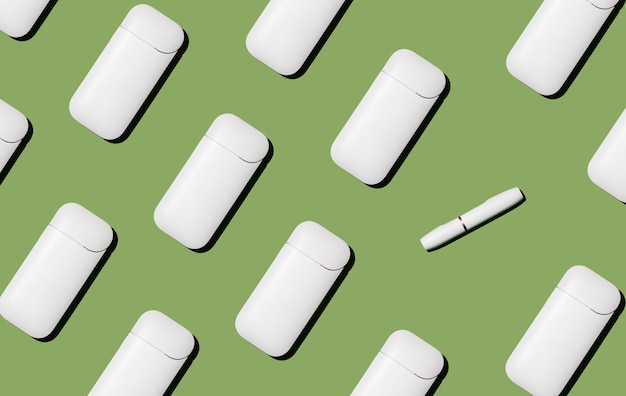 Elektronische zigarette auf grünem hintergrund moderne gadgets rauchgewohnheit