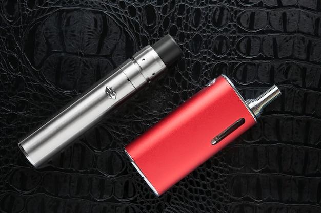 Elektronische zigarette auf schwarzem hintergrund.