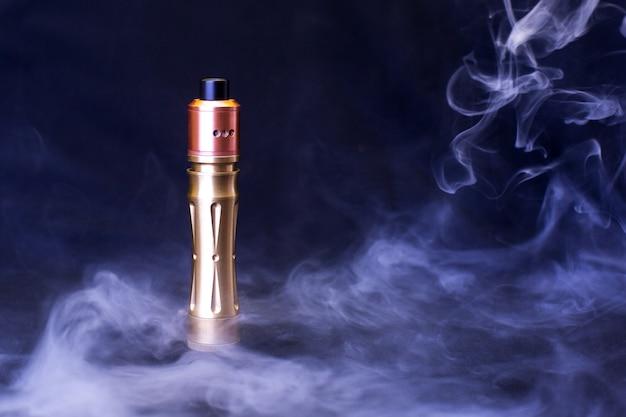 Elektronische zigarette über einem dunklen hintergrund. e-zigarette zum dampfen.