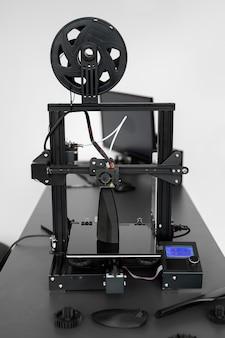 Elektronischer dreidimensionaler kunststoff-3d-drucker während der arbeit im labor