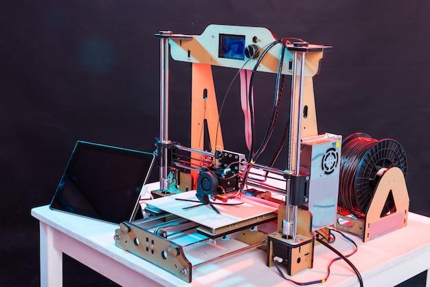 Elektronischer dreidimensionaler kunststoffdrucker während der arbeit im schullabor, drucker, druck.