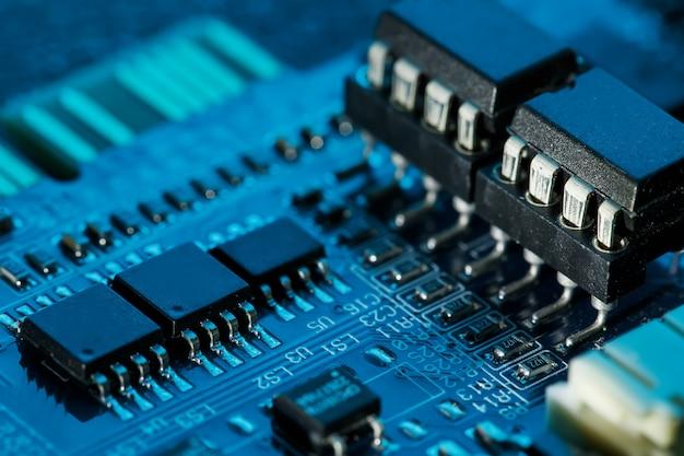 Elektronischer leiterplattenabschluß oben, prozessor, chips und kondensatoren.