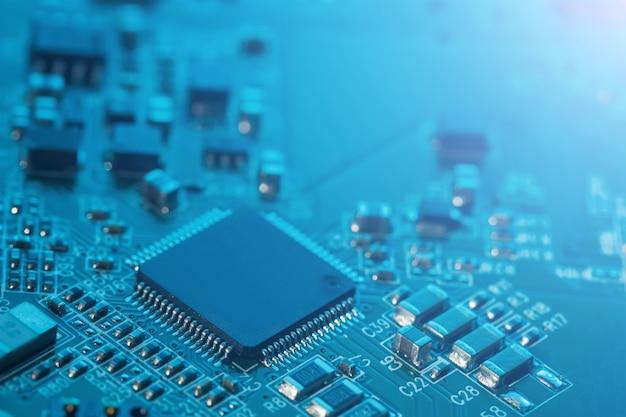 Elektronischer leiterplattenabschluß oben. prozessor, chips und kondensatoren.
