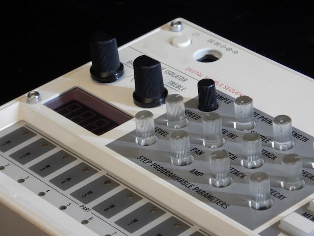 Elektronisches musikinstrument oder audio-mixer oder sound-equalizer (analoger modularer synthesizer)