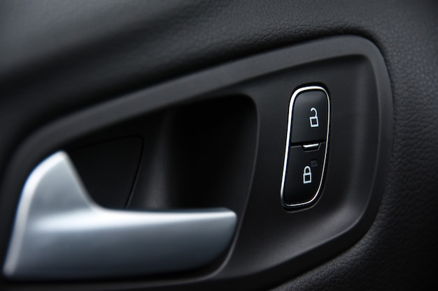Elektronisches schloss an der autotür zum schutz der kinder vor dem öffnen der türen