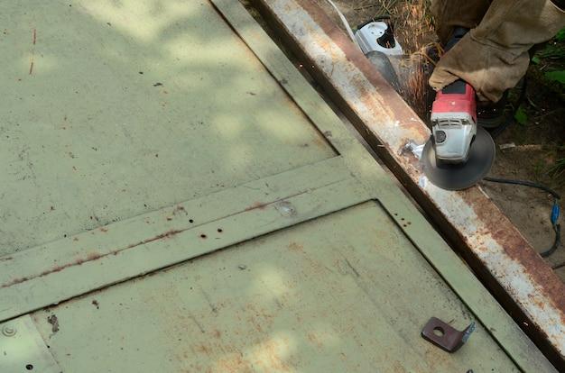 Elektroradschleifen auf stahlkonstruktion im freien