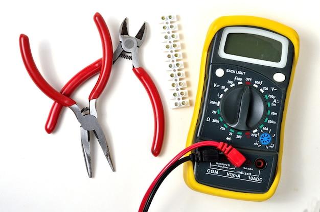 Elektroreparatur mit einem multimeter