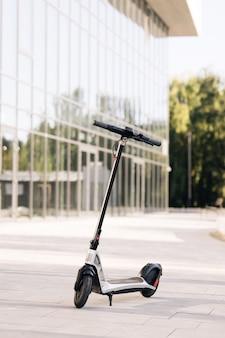 Elektroroller in einer reihe in der stadt geparkt eine reihe von miet- oder mitfahrrollern in der nähe eines belebten...