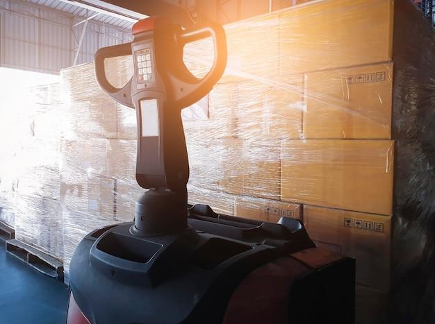 Elektrostapler palettenheber mit paketboxen im lager lager versand lagerlogistik