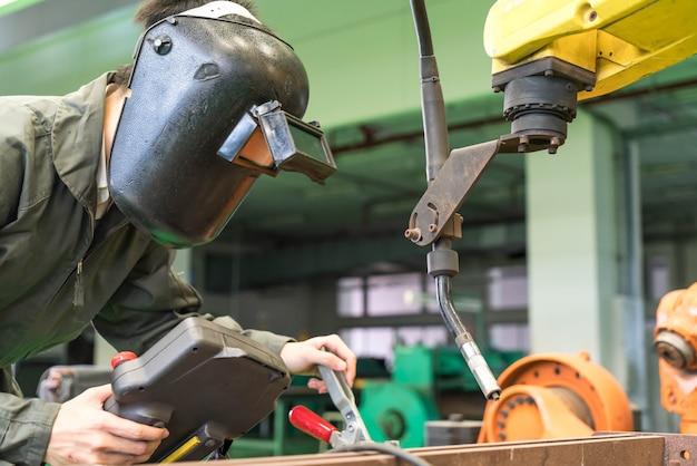 Elektrotechniker, der mit einer robotermaschine arbeitet