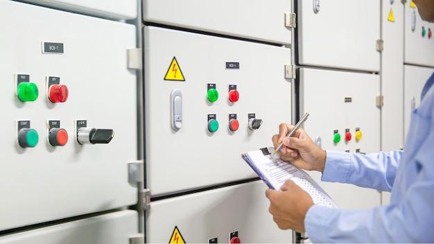 Elektrotechniker prüft das stromversorgungssystem.
