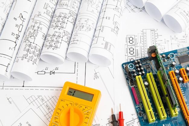 Elektrotechnische zeichnungen, computer-motherboard und digitalmultimeter