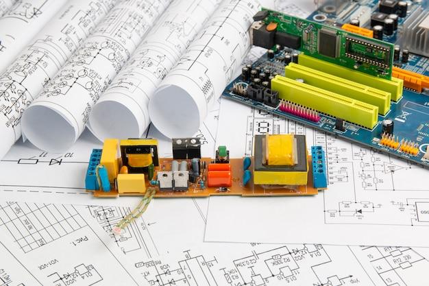 Elektrotechnische zeichnungen und elektronikplatine