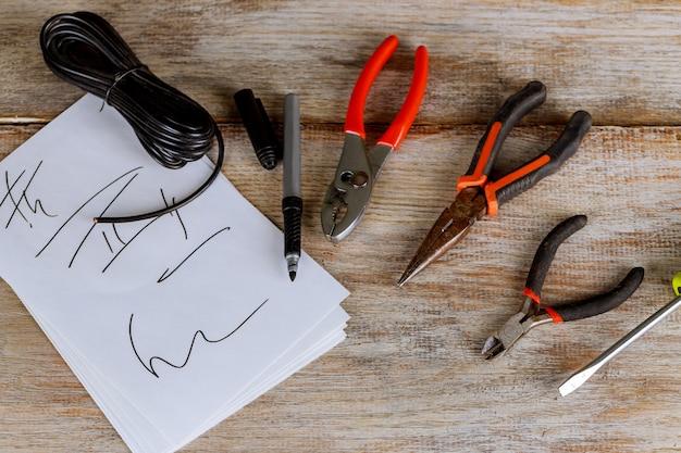Elektrowerkzeuge und stromkabel für installation und netzwerkanschluss.